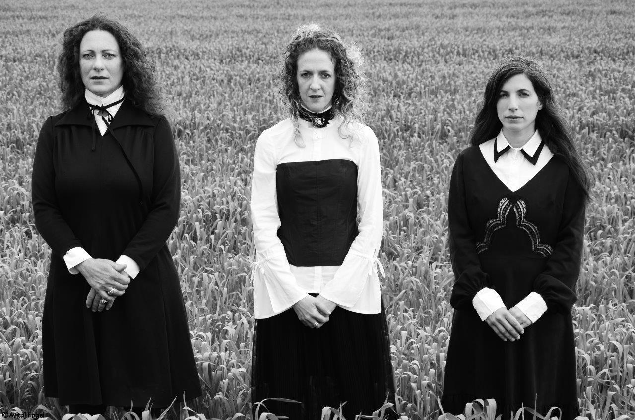 איימיש פוסט על מהות. בבלוג של tamariandme. תמרי סלונים ליבס. שלוש נשים בשדה. צילום אביטל אנגל