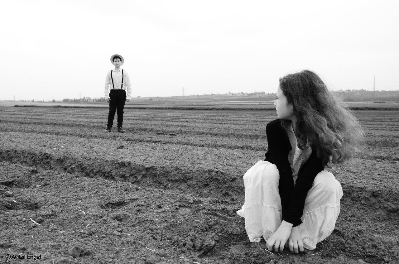 ילד וילדה בשדה מתוך פרוייקט האיימיש בבלוג tamariandme.com של תמרי סלונים ליבס