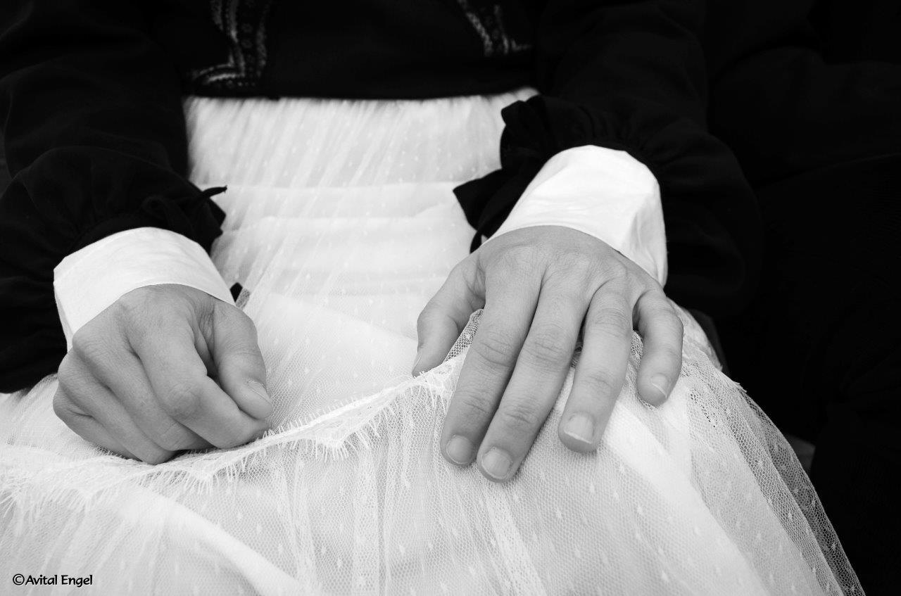 ידיים על חצאית טול לבנה. פרוייקט האיימיש בבלוג של tamariandme.com של תמרי סלונים ליבס. סטייליסטית הילה חילו. צילום אביטל אנגל