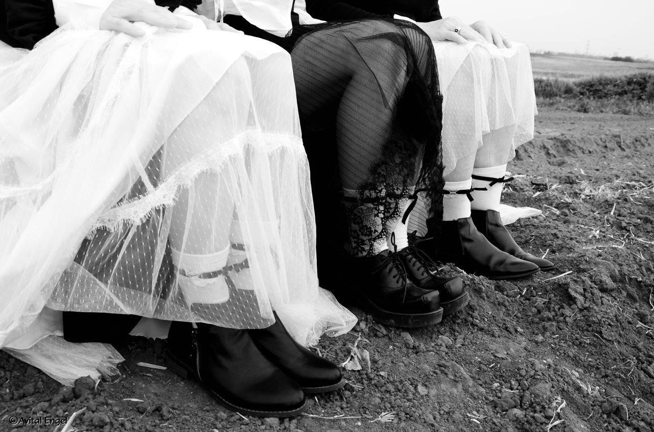 רגליים, חצאיות טול, ידיים, שדה צילום אביטל אנגל ,סטיילינג הילה חילו עמרני. מתוך פרוייקט האיימיש בבלוג tamariandme.com תמרי סלונים ליבס