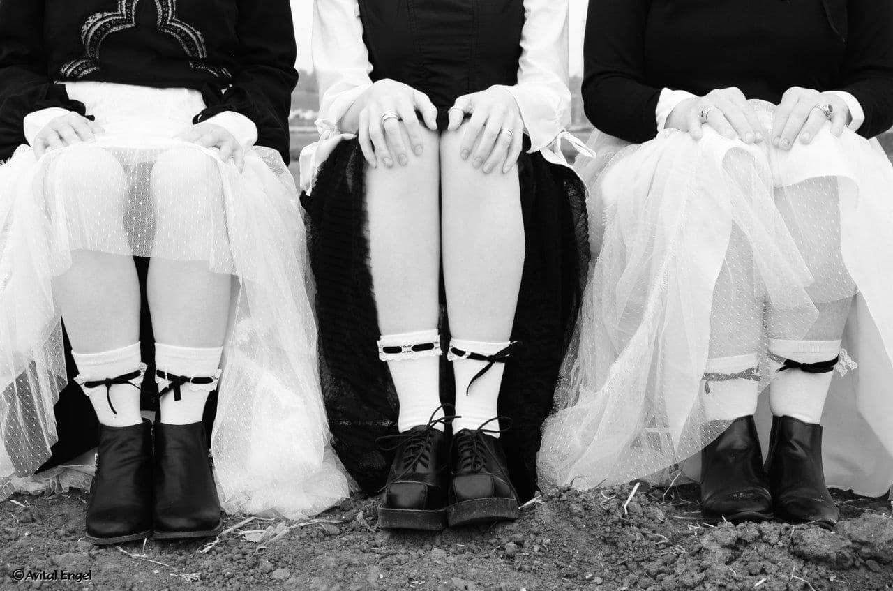 נשים יושבות עם חצאיות טול, גרביים לבנות עם סרטי קטיפה שחורה. מתוך פרוייקט האיימיש מהבלוג tamariandme.com של תמרי סלונים ליבס. סטייליסטית הילה חילו עמרני מילום אביטל אנגל