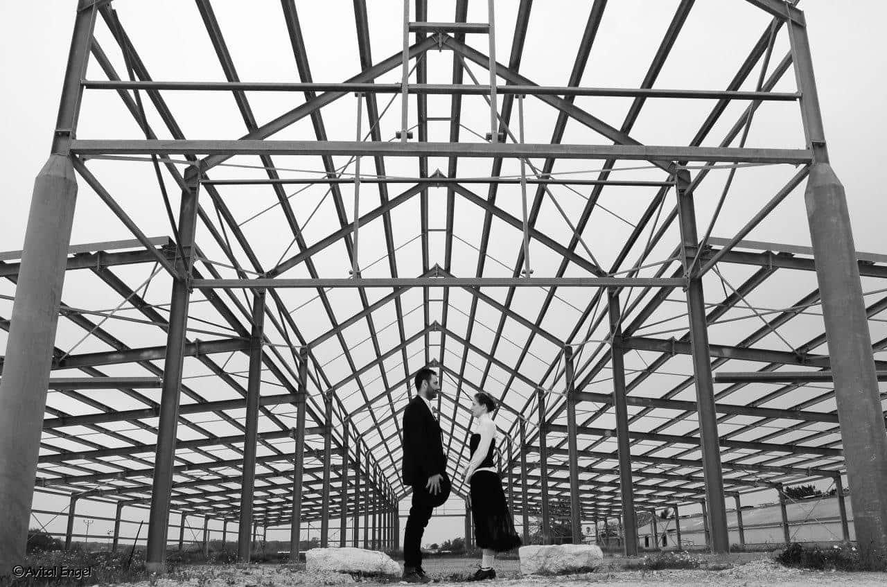 גבר ואישה ליד חממה. פרוייקט האיימיש בבלוג tamariandme.com של תמרי סלונים ליבס. צילום אביטל אנגל. סטייליסטית הילה חילו איפור לירון חרט.