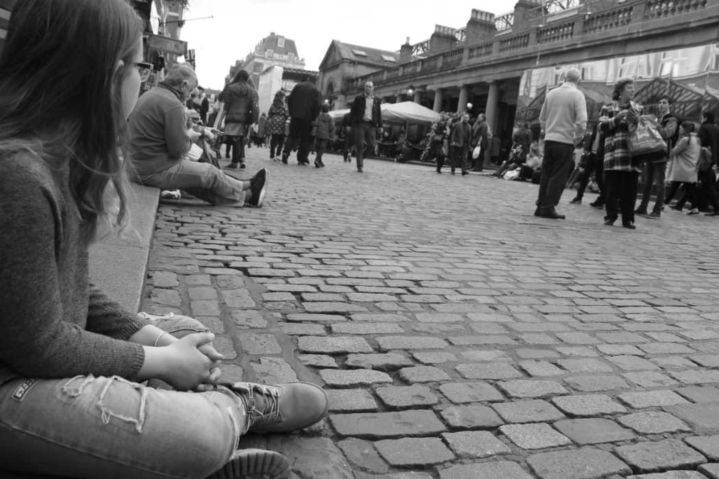 מיינד דה גאפ פוסט על לונדון. בבלוג של tamariandme. תמרי סלונים ליבס. ילדה על מדרכה, קובנט גארדן.