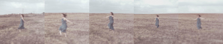 אישה רצה בשדה. מתוך הפוסט חיבוק של אדמה. מהבלוג של תמרי סלונים ליבס tamariandme.com צילום: טלי רצקר