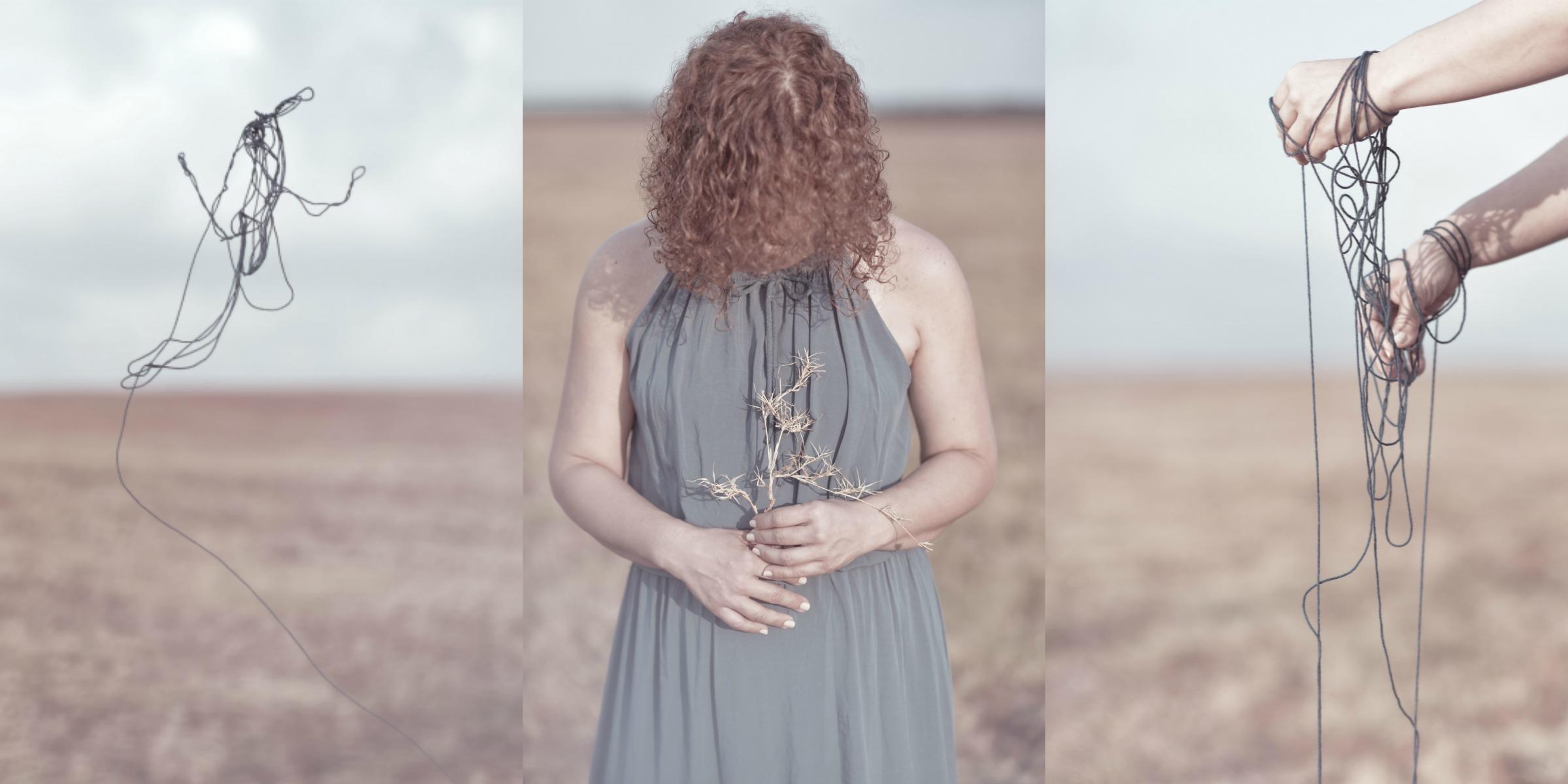 אישה עם קוצים בשדה יבש וחוטי צמר כחולים. מתוך הפוסט - חיבוק של אדמה מהבלוג של תמרי סלונים ליבס tamariandme.com צילום : טלי רצקר