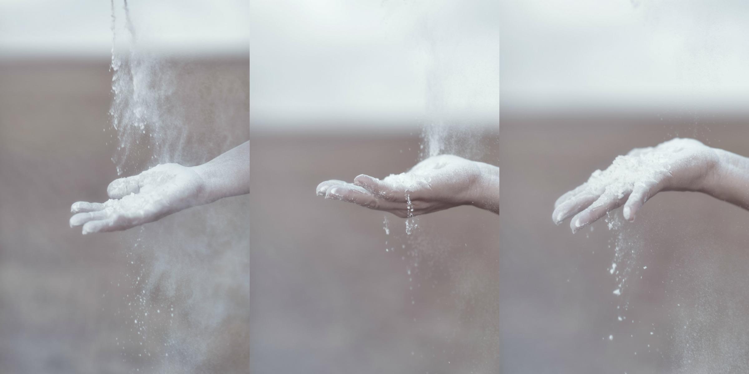 ידיים מעיפות טלק לבן על רקע שדה יבש. מתוך הפוסט חיבוק של אדמה. מהבלוג של תמרי סלונים ליבס tamariandme.com צילום: טלי רצקר