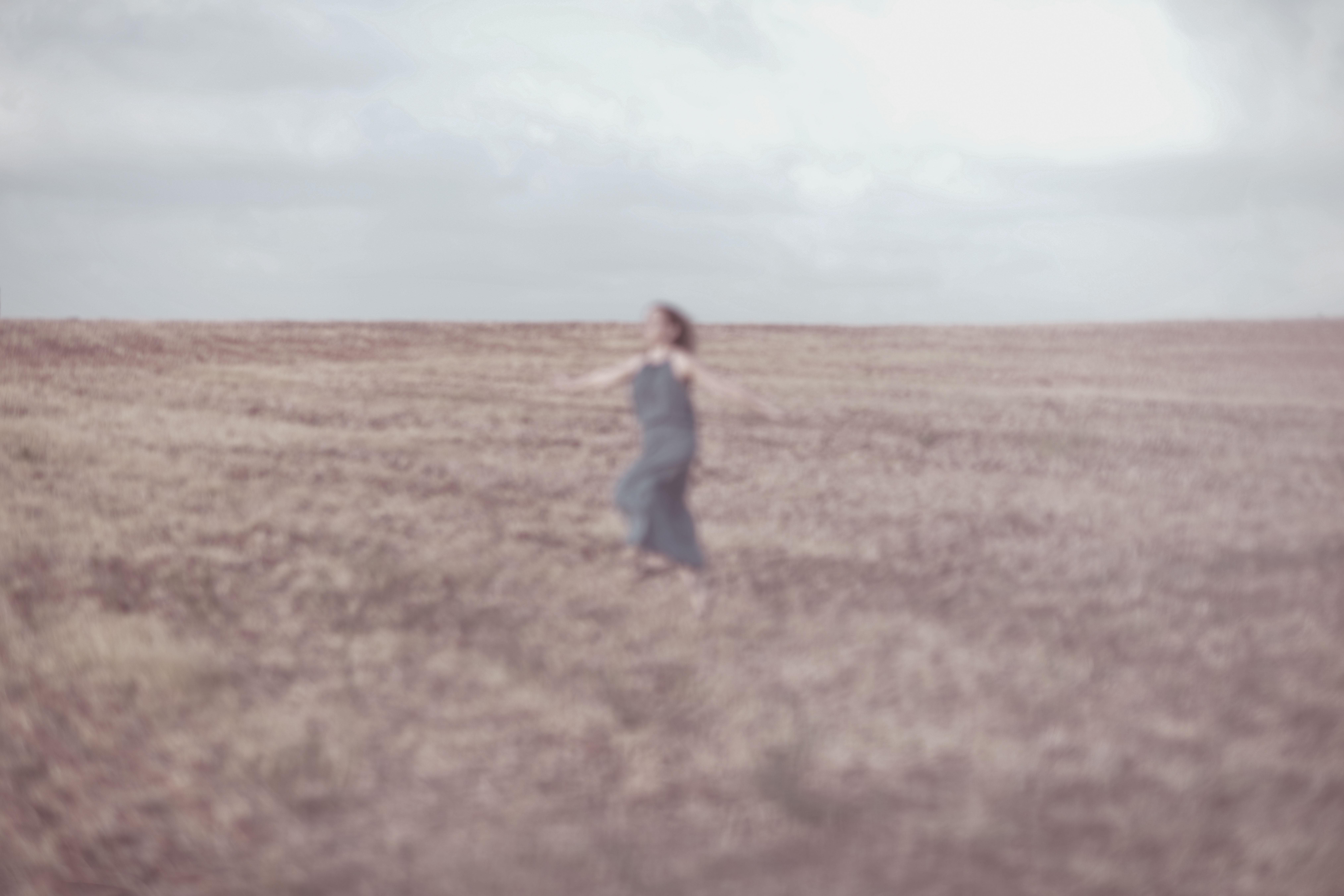 אישה רצה בשדה. מתוך הפוסט - חיבוק של אדמה מהבלוג של תמרי סלונים ליבס tamariandme.com צילום: טלי רצקר