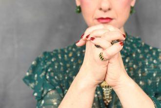 תמרי סלונים ליבס מתוך הבלוג https://tamariandme.com/ בפוסט: עיגולים של שמחה עיגולים של כאב בהשארת הציירת פרידה קאלו Frida kahlo. צילום עידו לביא, סטיילינג הילה חילו עמרני, שיער רביד פלג, איפור מילי מזרחי