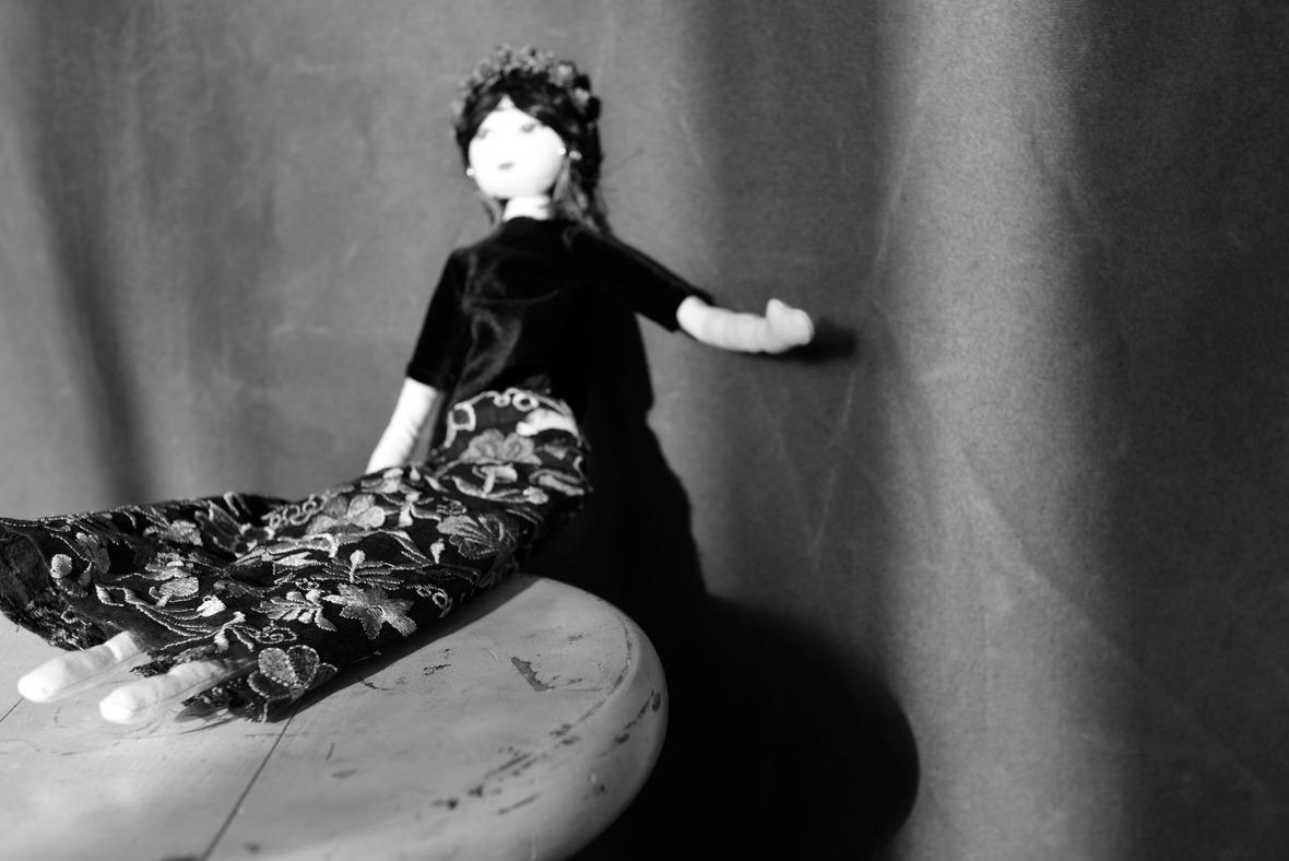 """צילום בשחור לבן בובה של פרידה קאלו( """"היו היה"""") צילום עדו לביא מתוך הפוסט עיגולים של שמחה עיגולים של כאב בבלוג של תמרי סלונים ליבס https://tamariandme.com/"""